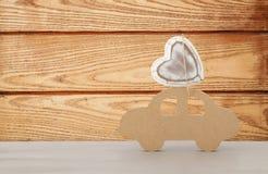 Εικόνα του ξύλινου αυτοκινήτου με την καρδιά στη στέγη, παρόν για τον μπαμπά Έννοια ημέρας πατέρων ` s Στοκ Εικόνες