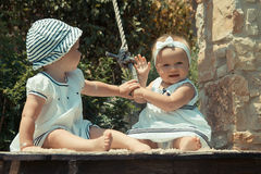 Εικόνα του παιδιού δύο μωρών που έχουν το παιχνίδι διασκέδασης υπαίθρια, των καλύτερων φίλων, της ευτυχούς έννοιας οικογενειών, α Στοκ φωτογραφία με δικαίωμα ελεύθερης χρήσης