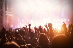 Εικόνα του πλήθους χορού στο φεστιβάλ μουσικής Στοκ εικόνες με δικαίωμα ελεύθερης χρήσης