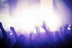 Εικόνα του πλήθους χορού στο φεστιβάλ μουσικής Στοκ Φωτογραφίες