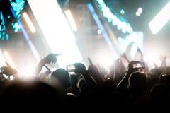 Εικόνα του πλήθους χορού στο φεστιβάλ μουσικής Στοκ φωτογραφία με δικαίωμα ελεύθερης χρήσης