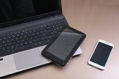 Εικόνα του πληκτρολογίου με ένα τηλέφωνο και μια ταμπλέτα που βρίσκονται επάνω από το Στοκ εικόνα με δικαίωμα ελεύθερης χρήσης