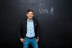 Εικόνα του ταιριαγμένου ατόμου κοντά στην ψηφοφορία κειμένων στοκ εικόνες