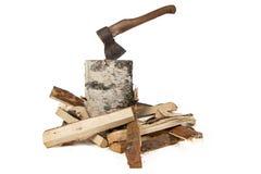 Εικόνα του τσεκουριού στο κολόβωμα και τα ξύλα σημύδων Στοκ Φωτογραφία