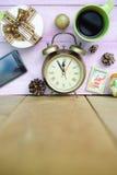 Εικόνα του φλυτζανιού, του ξυπνητηριού και των Χριστουγέννων καφέ Στοκ Φωτογραφία
