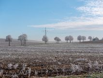 Εικόνα του χειμερινού τοπίου με τα ηλεκτροφόρα καλώδια στοκ φωτογραφία