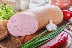 Εικόνα του ψωμιού με τα λαχανικά και του λουκάνικου στον ξύλινο πίνακα στοκ φωτογραφίες με δικαίωμα ελεύθερης χρήσης