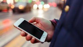 Εικόνα του smartphone με τη μαύρη οθόνη στο χέρι ατόμων ` s στο θολωμένο υπόβαθρο στοκ φωτογραφίες
