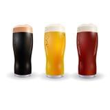 Εικόνα τριών γυαλιών κρασιού με τη φωτεινή, κόκκινη και σκοτεινή μπύρα η ανασκόπηση απομόνωσε το λευκό απεικόνιση Στοκ φωτογραφία με δικαίωμα ελεύθερης χρήσης