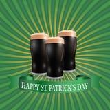Εικόνα τριών ποτηριών της σκοτεινής μπύρας Επιγραφή ο ευτυχής Πάτρικ Day χαιρετισμού απεικόνιση Στοκ Εικόνες
