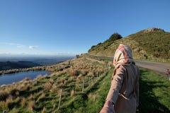 Εικόνα τρόπου ζωής μιας γυναίκας που ανοίγει το δρόμο στην απόσταση στοκ φωτογραφία με δικαίωμα ελεύθερης χρήσης