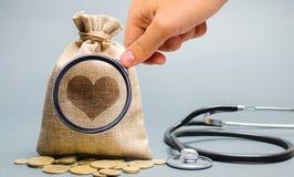 Εικόνα τσαντών και καρδιών χρημάτων με το στηθοσκόπιο Η έννοια της ιατρικής ασφάλειας της ζωής, οικογένεια, υγεία Υγειονομική περ στοκ φωτογραφίες με δικαίωμα ελεύθερης χρήσης