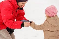 Εικόνα των γαντιών κορών επιδέσμου πατέρων του στο χειμερινό πάρκο Στοκ εικόνα με δικαίωμα ελεύθερης χρήσης