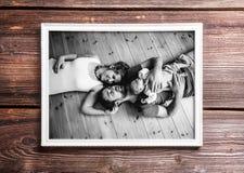 Εικόνα των γονέων που κρατούν την κόρη μωρών Ημέρα πατέρων Στοκ φωτογραφία με δικαίωμα ελεύθερης χρήσης