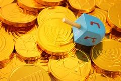 Εικόνα των εβραϊκών διακοπών Hanukkah με τα ξύλινα dreidels & x28 περιστροφή top& x29  και χρυσά νομίσματα σοκολάτας Στοκ Εικόνες