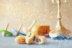Εικόνα των εβραϊκών διακοπών Hanukkah με τα ξύλινα dreidels Στοκ εικόνα με δικαίωμα ελεύθερης χρήσης