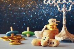 Εικόνα των εβραϊκών διακοπών Hanukkah με τα ξύλινα dreidels Στοκ φωτογραφία με δικαίωμα ελεύθερης χρήσης