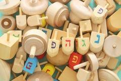 Εικόνα των εβραϊκών διακοπών Hanukkah με την ξύλινα συλλογή & x28 dreidels περιστροφή top& x29  στον πίνακα Στοκ Εικόνα