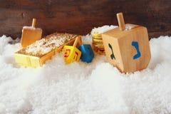 εικόνα των εβραϊκών διακοπών Hanukkah με τα ξύλινα ζωηρόχρωμα dreidels (περιστρεφόμενη κορυφή) και τα παραδοσιακά νομίσματα σοκολ Στοκ φωτογραφία με δικαίωμα ελεύθερης χρήσης