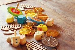 Εικόνα των εβραϊκών διακοπών Hanukkah με τα ξύλινα dreidels Στοκ Φωτογραφίες