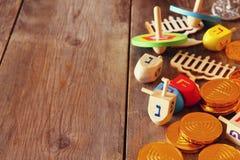 Εικόνα των εβραϊκών διακοπών Hanukkah με τα ξύλινα dreidels Στοκ φωτογραφίες με δικαίωμα ελεύθερης χρήσης
