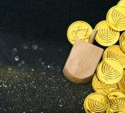Εικόνα των εβραϊκών διακοπών Hanukkah με τα ξύλινα dreidels Στοκ Φωτογραφία