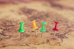 Εικόνα των καρφιτσών που συνδέονται με το χάρτη, που παρουσιάζει τη θέση ή προορισμό ταξιδιού Εκλεκτική εστίαση Στοκ Εικόνες