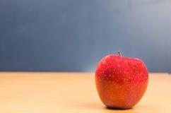 Apple για να ταΐσει το σώμα και το μυαλό Στοκ φωτογραφία με δικαίωμα ελεύθερης χρήσης