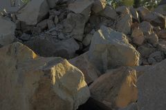 Εικόνα των μεγάλων βράχων γρανίτη σε μια θέση οικοδόμησης Στοκ Εικόνα