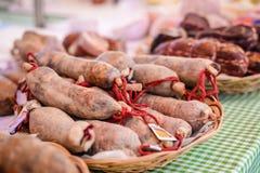 Εικόνα των λουκάνικων φρέσκου κρέατος με τις κόκκινες σειρές επάνω Στοκ Εικόνα