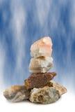 Εικόνα των πετρών ενάντια μπλε στενό σε επάνω υποβάθρου Στοκ φωτογραφίες με δικαίωμα ελεύθερης χρήσης