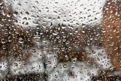Εικόνα των πτώσεων βροχής στην κινηματογράφηση σε πρώτο πλάνο γυαλιού Στοκ φωτογραφίες με δικαίωμα ελεύθερης χρήσης