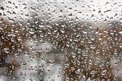 Εικόνα των πτώσεων βροχής στην κινηματογράφηση σε πρώτο πλάνο γυαλιού Στοκ εικόνα με δικαίωμα ελεύθερης χρήσης