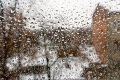 Εικόνα των πτώσεων βροχής στην κινηματογράφηση σε πρώτο πλάνο γυαλιού Στοκ Φωτογραφία