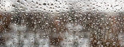 Εικόνα των πτώσεων βροχής στην κινηματογράφηση σε πρώτο πλάνο γυαλιού Στοκ εικόνες με δικαίωμα ελεύθερης χρήσης