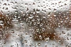 Εικόνα των πτώσεων βροχής στην κινηματογράφηση σε πρώτο πλάνο γυαλιού Στοκ φωτογραφία με δικαίωμα ελεύθερης χρήσης