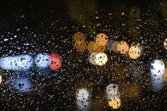 Εικόνα των σταγόνων βροχής whith bokeh στο παράθυρο στοκ φωτογραφίες