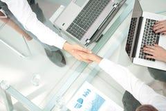 Εικόνα των συνέταιρων που κάνουν τη χειραψία Τοπ όψη Στοκ Εικόνες