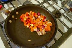 Εικόνα των τεμαχισμένων καρυκευμάτων σε ένα τηγανίζοντας τηγάνι στοκ εικόνα με δικαίωμα ελεύθερης χρήσης