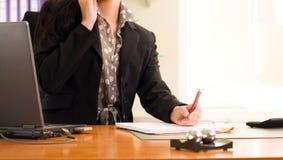 Εικόνα των χεριών της επιχειρησιακής γυναίκας κατά τη διάρκεια της εργασίας Στοκ φωτογραφία με δικαίωμα ελεύθερης χρήσης