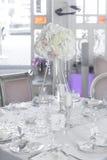 Εικόνα των όμορφων λουλουδιών στο γαμήλιο πίνακα στοκ εικόνα