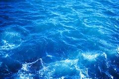 Εικόνα υποβάθρου της επιφάνειας θαλάσσιου νερού aqua με την ηλιόλουστη αντανάκλαση Στοκ Φωτογραφίες