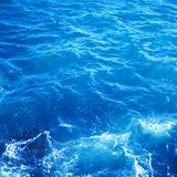 Εικόνα υποβάθρου της επιφάνειας θαλάσσιου νερού aqua με την ηλιόλουστη αντανάκλαση Στοκ φωτογραφίες με δικαίωμα ελεύθερης χρήσης