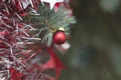 Εικόνα Χριστουγέννων με την κόκκινη σφαίρα Στοκ εικόνα με δικαίωμα ελεύθερης χρήσης