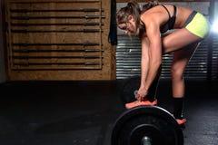 Εικόνα χρώματος μιας αθλητικής γυναίκας σε μια επίλυση γυμναστικής Στοκ Φωτογραφία