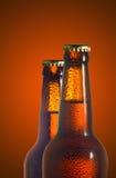 Εικόνα δύο μπουκαλιών με την κινηματογράφηση σε πρώτο πλάνο μπύρας Στοκ Φωτογραφία