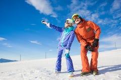 Εικόνα δύο snowboarders που έχει τη διασκέδαση στην κορυφή Στοκ Εικόνα