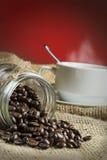 Εικόνα Arabica του καφέ πέρα από το κόκκινο υπόβαθρο κλίσης Στοκ Εικόνα