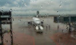 Εικόνα Blured του αεροπλάνου στην τελική πύλη έτοιμη για την απογείωση - σύγχρονος διεθνής αερολιμένας τη βροχερή ημέρα στοκ φωτογραφία με δικαίωμα ελεύθερης χρήσης