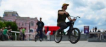 Εικόνα Defocused πολλών ανθρώπων με τα ποδήλατα bmx Συνεδρίαση του FA Στοκ εικόνες με δικαίωμα ελεύθερης χρήσης